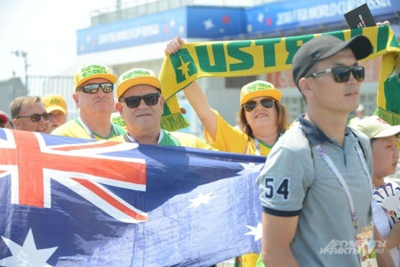 Австралийские фанаты в меньшинстве, но тоже шумные и весёлые.