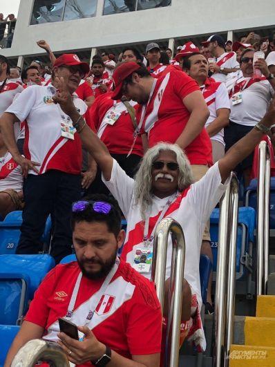 Перуанский дедушка с седыми усами в течение двух часов пел песни и подбадривал свою команду.