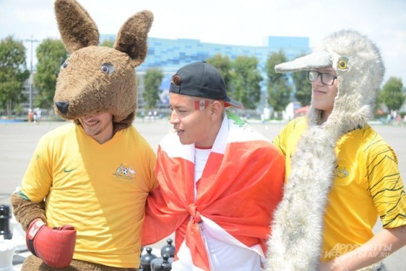 Фанат из Перу фотографируется с австралийскими символами.