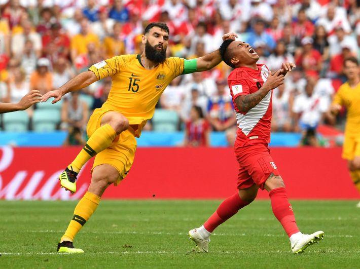 Капитан сборной Австралии Миле Единак схватил за волосы игрока сборной Перу.
