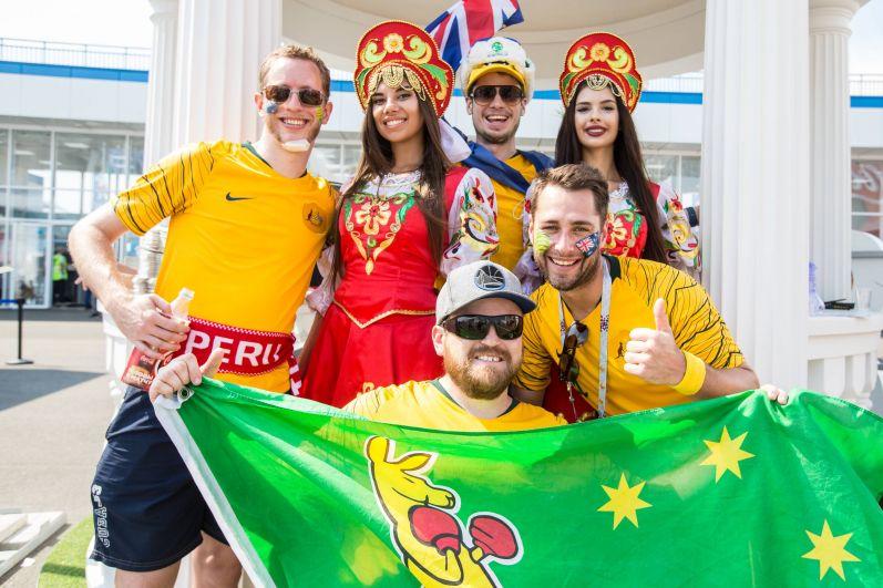 Болельщики из Австралии с русскими красавицами.
