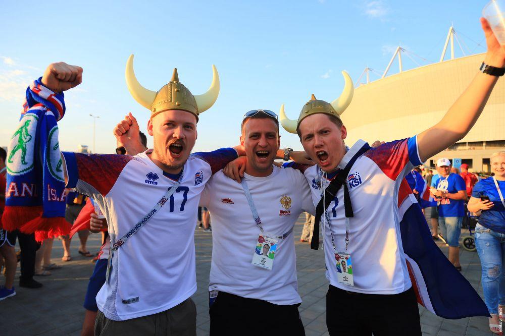 Туристы из Исландии в головных уборах, напоминающих шлемы викингов.