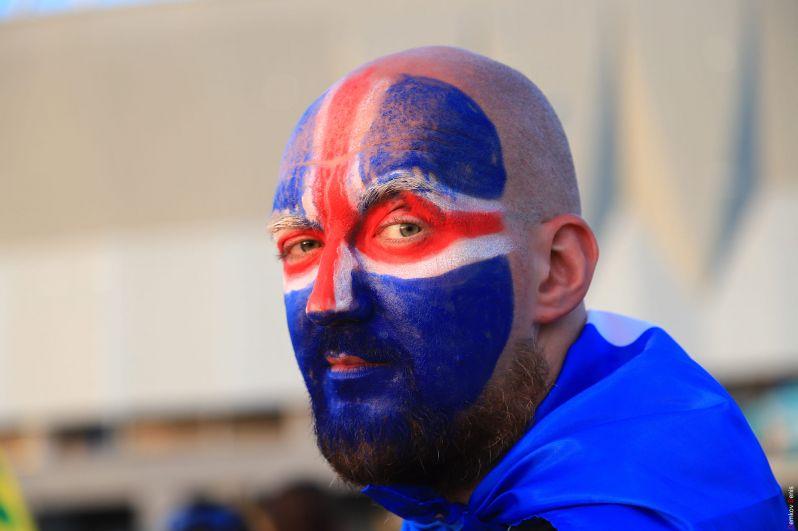 Исландский фанат в финале встречи: его сборная едет домой.