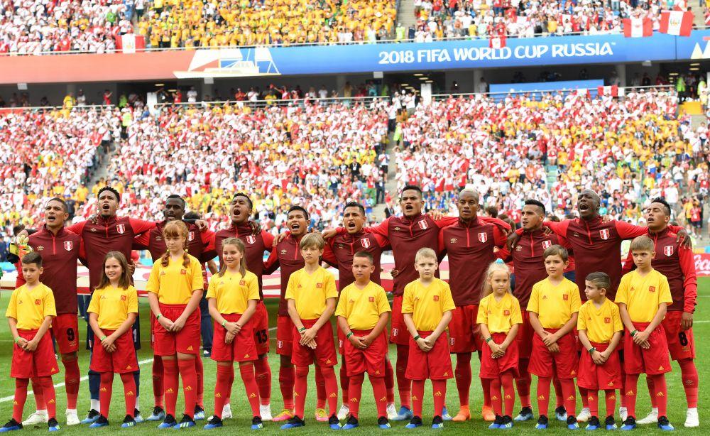 Сборная Перу исполняет гимн перед началом игры.