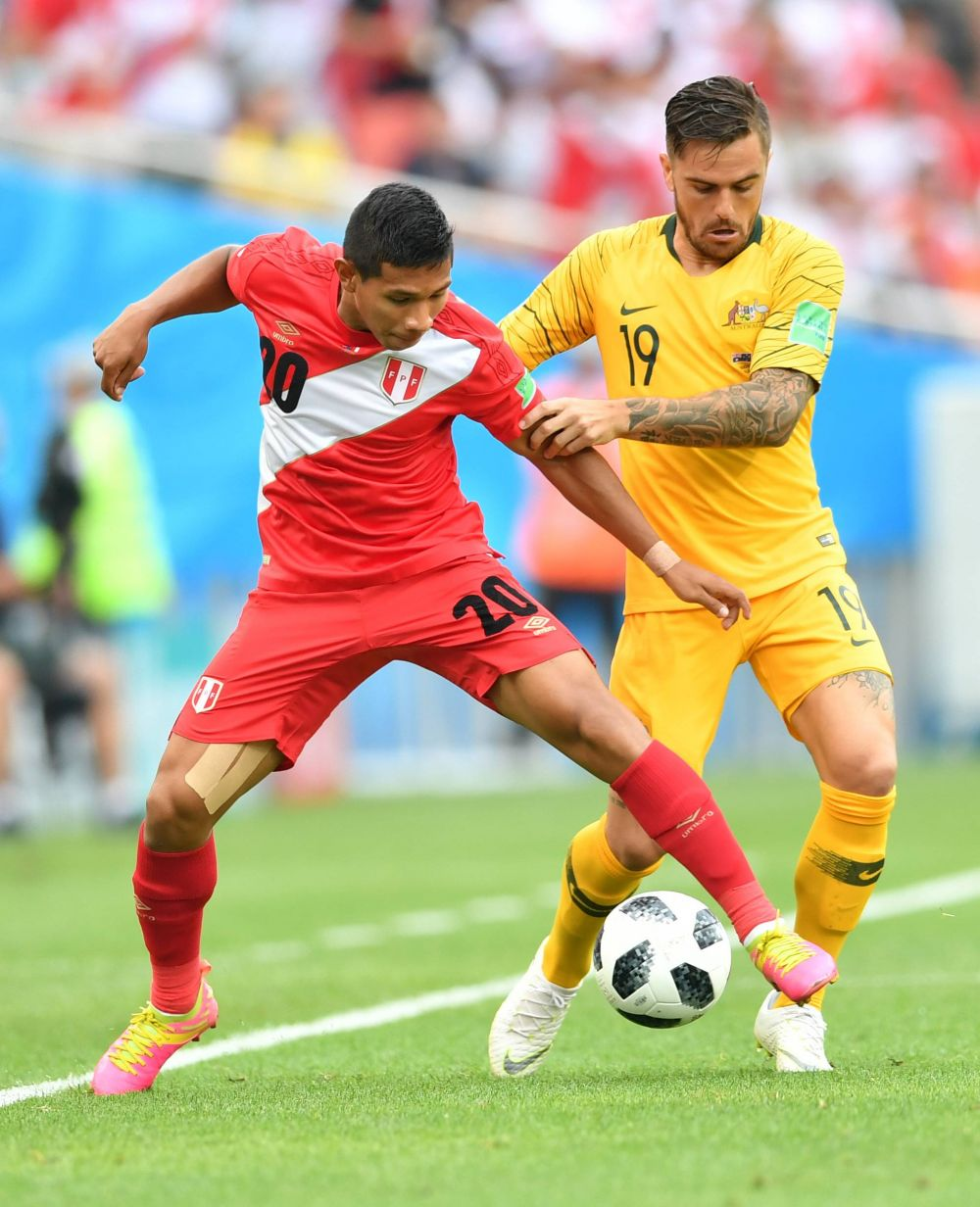 Футболисты борются за мяч.