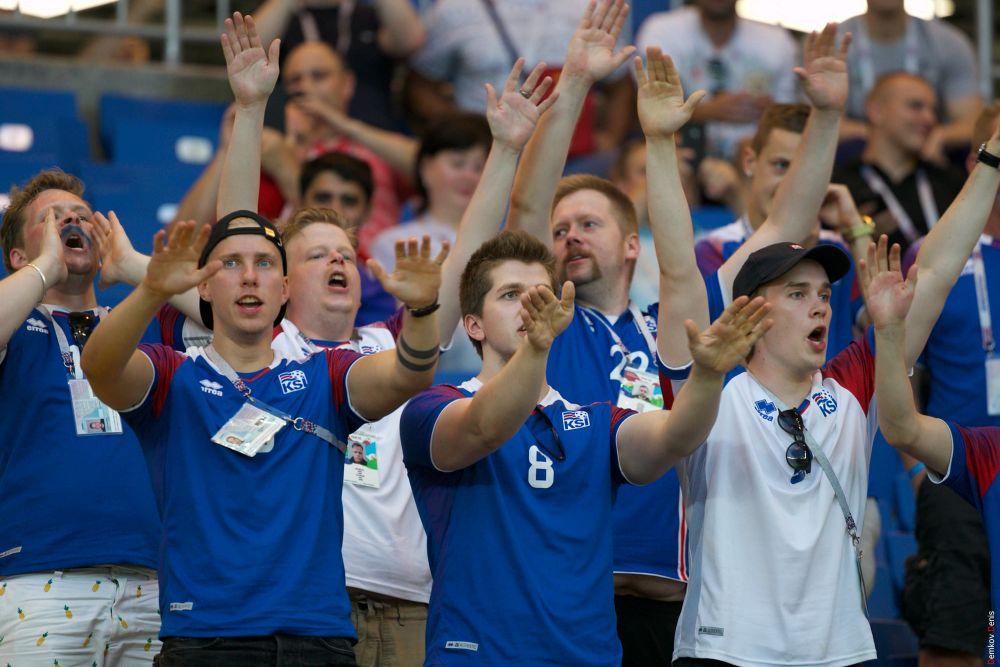 Знаменитое «Ху!» в поддержку исландцев.