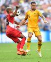 Мяч летит прямо в грудь перуанцу Андре Каррильо.