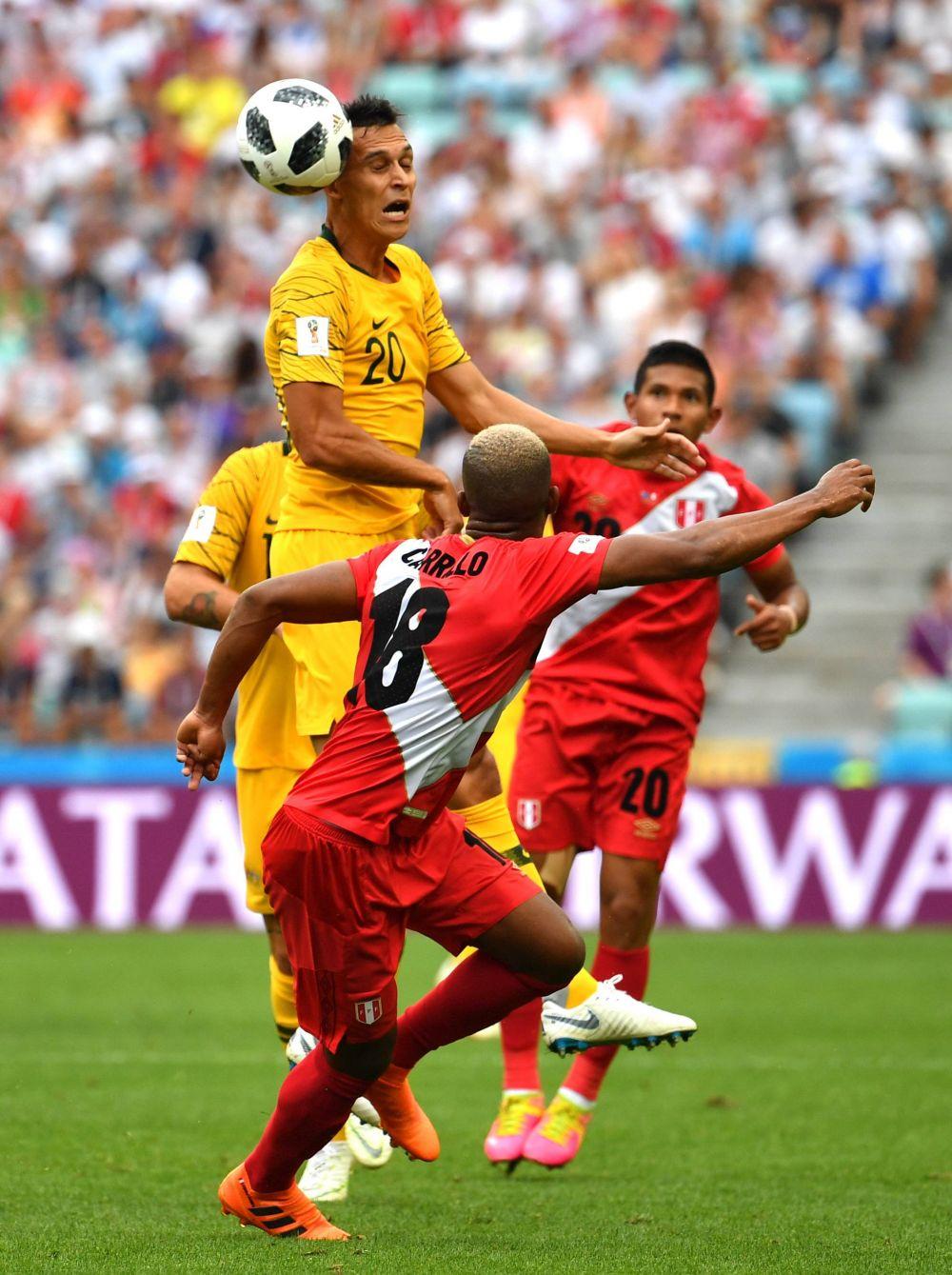 Австралиец отбивает мяч головой.