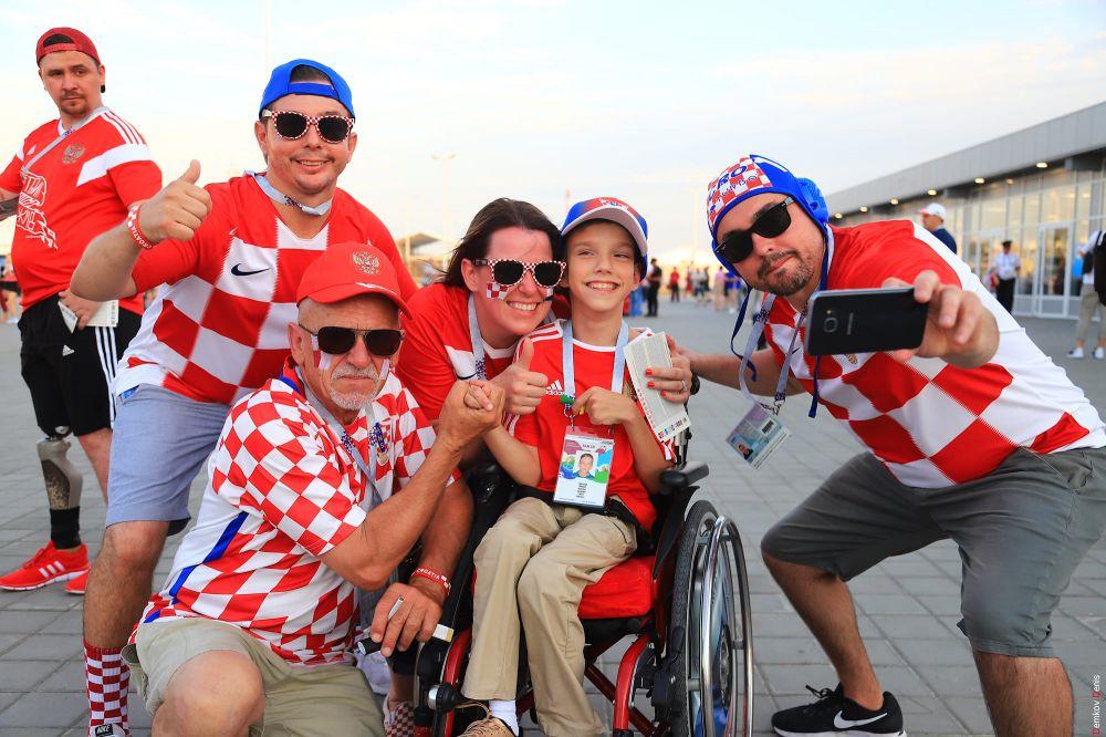 Хорватская семья приехала на матч вместе с ребенком.