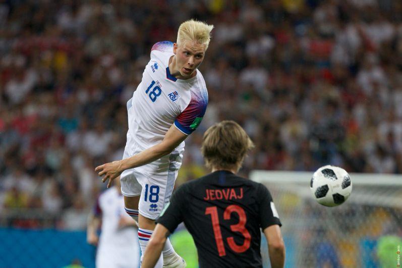 Хердюр Магнуссен играет головой.