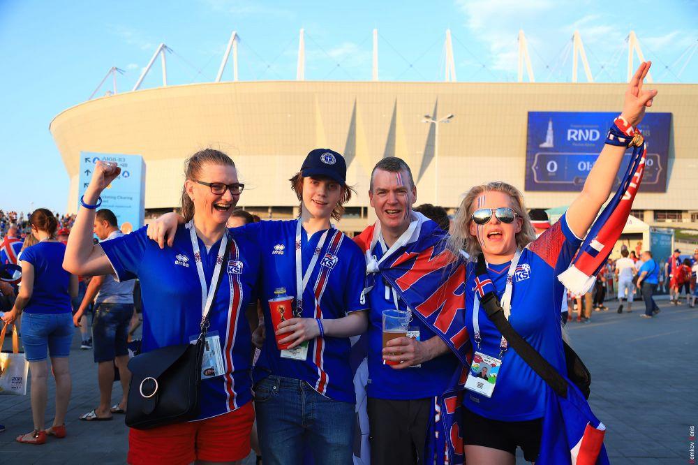 Исландская семья у входа на стадион «Ростов-Арена».