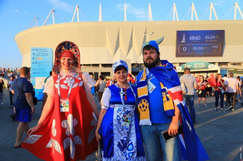 Болельщики у стадиона перед матчем Исландия - Хорватия.