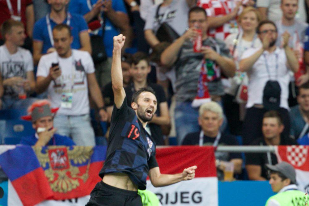 Милан Бадель празднует свой гол на 53-й минуте.