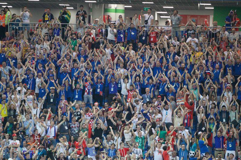 Знаменитое «Ху!» в поддержку исландских футболистов.