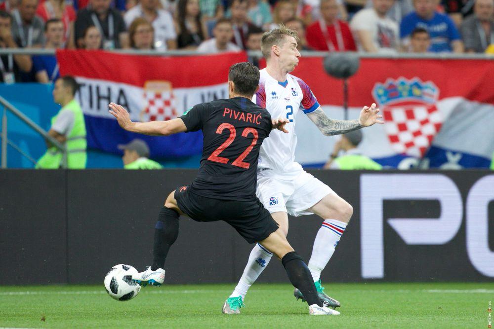 Защитник Пиварич с ним защитник Саеварссон, получивший жёлтую карточку на 84-й минуте.