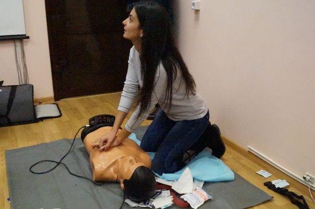 Медики подчёркивают, что первую помощь важно уметь оказывать, чтобы принять меры ещё до приезда врачей, если случилась беда.