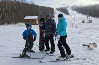 Зимой вся семья часто выбирается на горнолыжные трассы.