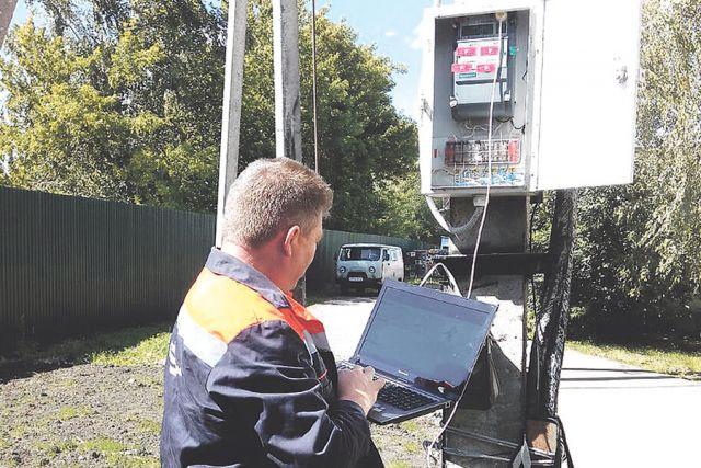 Ведущий инженер СТА ТО «Моршанское» Вячеслав Панов проводит контрольное снятие профиля нагрузок электроэнергии с расчётного прибора учёта потребителя.