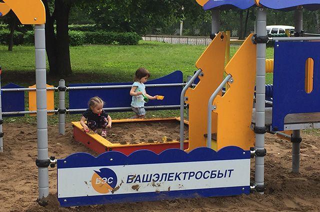 Детская площадка и тренажеры не простаивают без гостей и минуты.