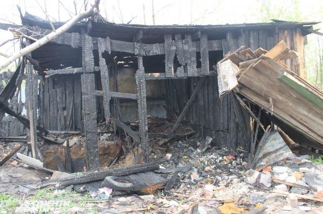 Пожары в расселенных домах чаще всего случаются из-за того, что их пытаются обжить бездомные люди.