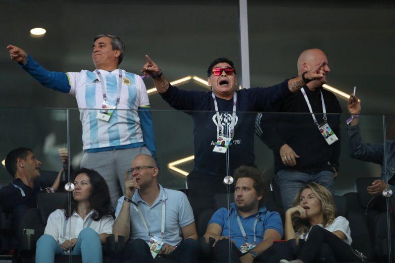 Позже футболист извинился за свой поступок. «Каждый по-разному выражал свои эмоции. Я, честно, не знал, что на стадионах запрещено курить. Я приношу свои извинения всем болельщикам и организаторам», — написал Марадона на своей странице в Facebook.