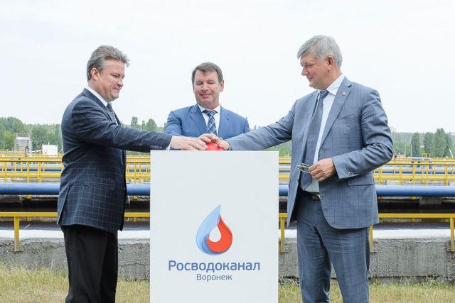 Александр Гусев, Вадим Кстенин и Олег Николаенко запустили восстановленную и улучшенную линию нажатием символической красной кнопки.