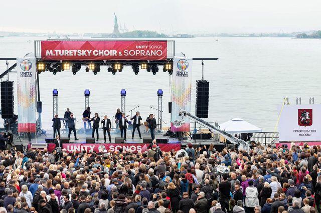 Выступление коллективов под руководством Михаила Турецкого - «Хор Турецкого» и «Soprano».