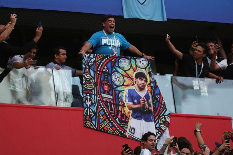 Перед матчем Нигерия – Аргентина в Санкт-Петербурге Марадона развернул баннер со своим изображением.