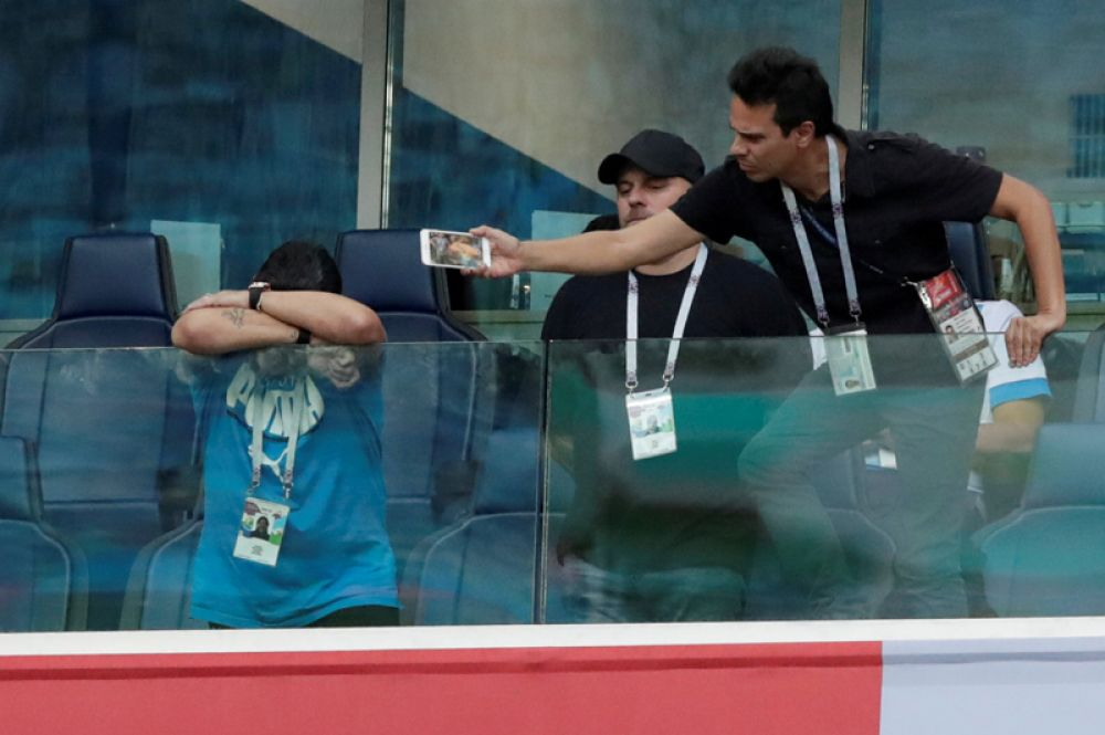 Марадона во время матча Нигерия – Аргентина в Санкт-Петербурге.