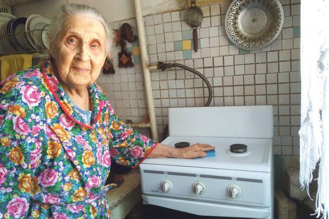 Ветерану войны Екатерине Боевой остаётся только натирать плиту до блеска.