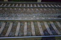 женщина шла вдоль путей и не успела отреагировать на сигналы поезда.