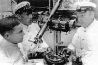Начальник кафедры геодезии и астрономии, профессор, инженер- капитан 1-го ранга В.В. Каврайский проводит практические занятия со слушателями академии в Пулковской обсерватории.