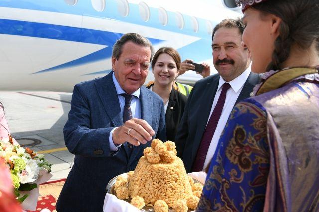 В аэропорту «Казань» Герхарда Шредера встречал премьер-министр РТ Алексей Песошин.