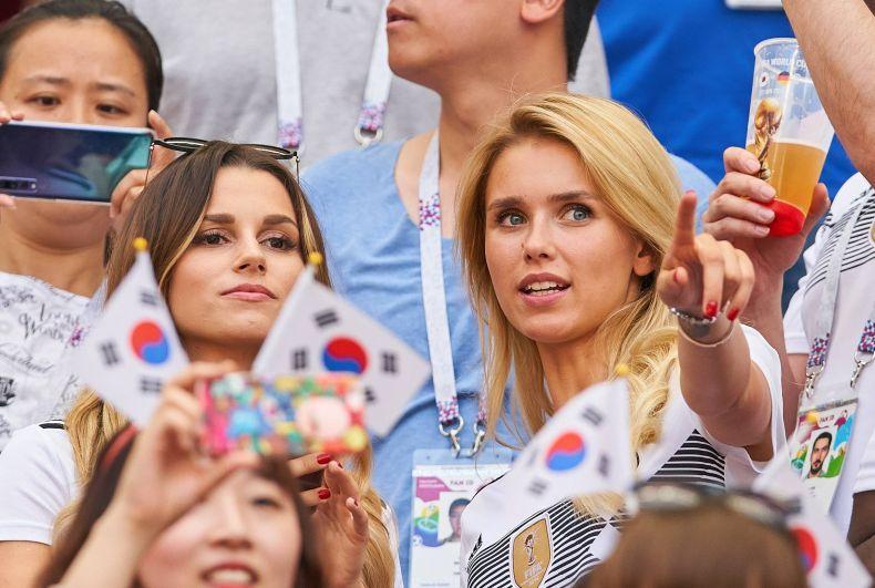 На трибунах сидели жены и подруги футболистов. Кристина Рафаелла, жена Маттиаса Гинтера и Скарлет Гартман, девушка Марко Росса.
