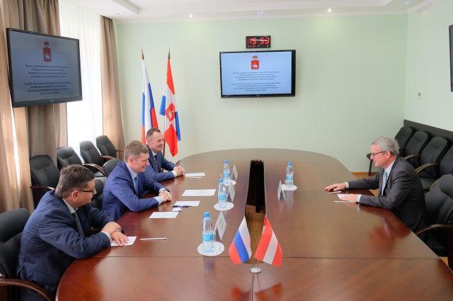 Стороны обсудили дальнейшее торгово-экономическое и гуманитарное сотрудничество.