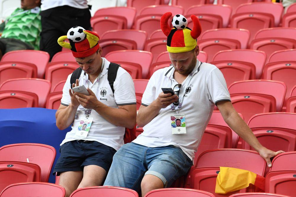 Немцы на трибунах после матча. Может, ищут билеты домой?