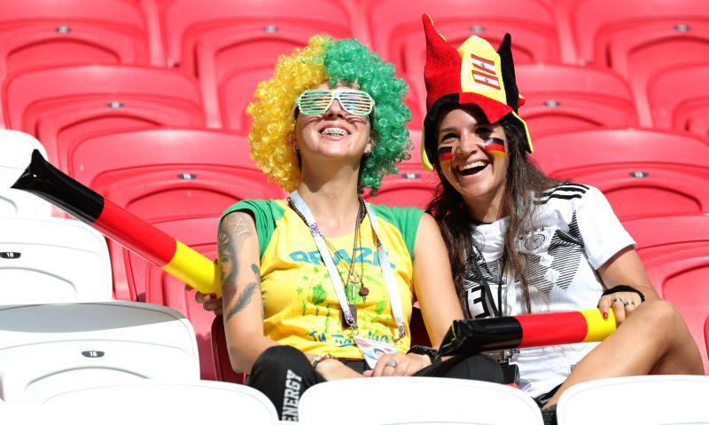 На стадионе в день игры было комфортно, дул ветерок. Но по немецким футболистам этого не скажешь, видно было, что бегать им тяжело.