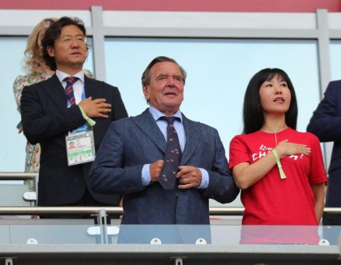 Бывший канцлер ФРГ Герхард Шрёдер с невестой - кореянкой Ким Со Ён на «Казань Арене».