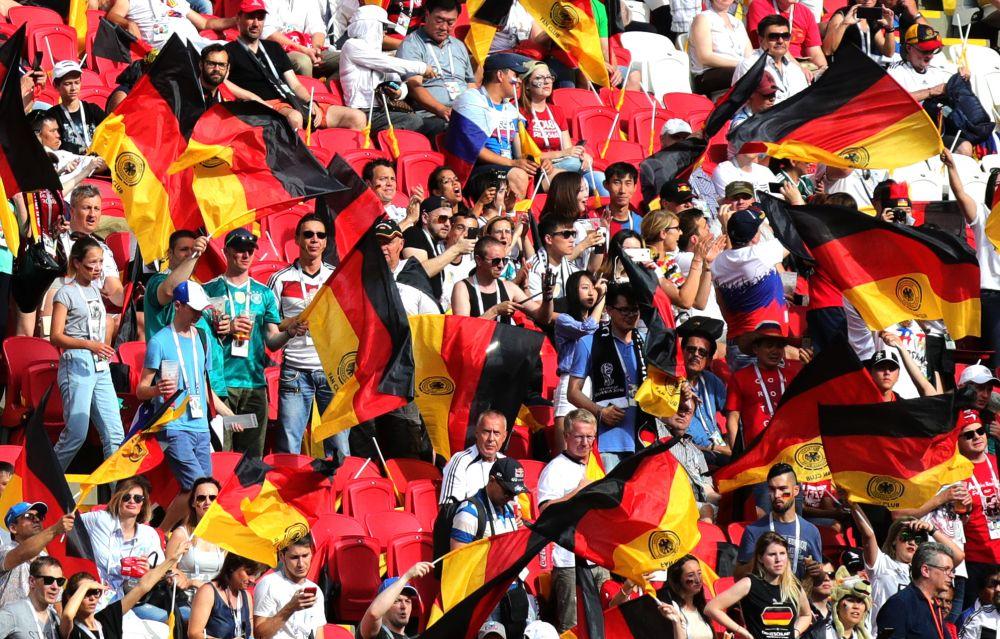 Немецкие болельщики предпочитают не разукрашивать себя, а болеть с флагами в руках.