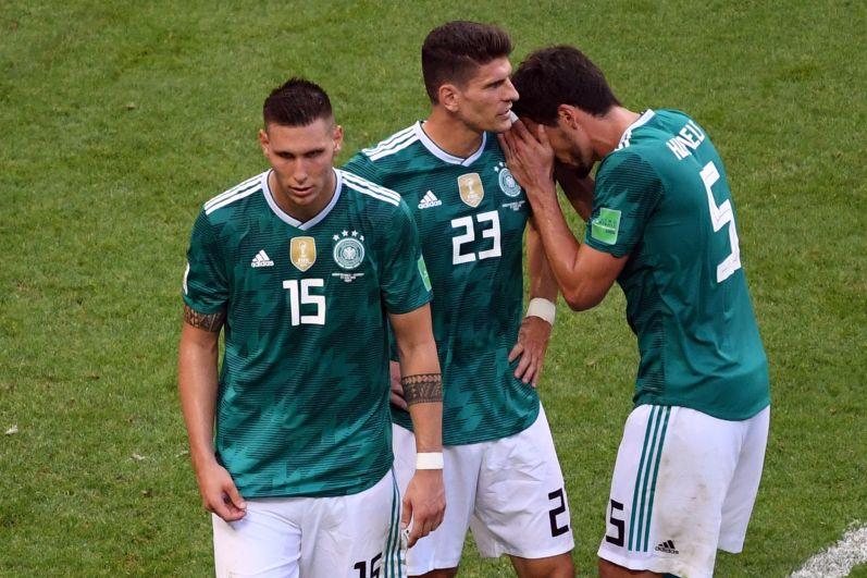 Пока корейцы поздравляют друг друга, немцы подставляют своим плечо.
