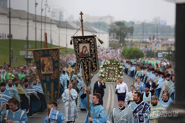 Ежегодный крестный ход в Казани со списком Казанской иконы Божией матери.