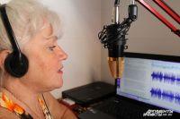 Елена записывает новостной блок, чтобы выдать его в эфир.