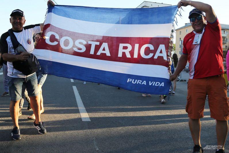 Костариканцы пришли с флагами своей страны