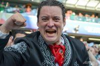 Мексиканский болельщик в Екатеринбурге радуется за победу Южной Кореи над Германией
