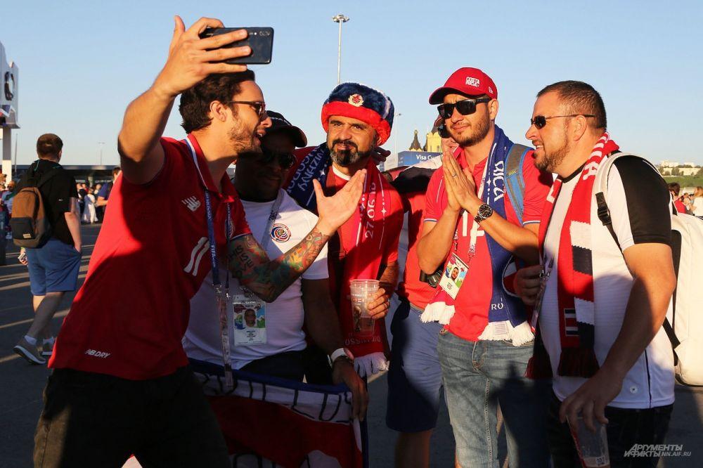 Болельщики фотографируются возле стадиона