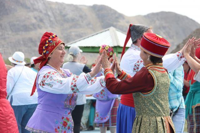 На фестивале можно увидеть национальные костюмы разных народностей.