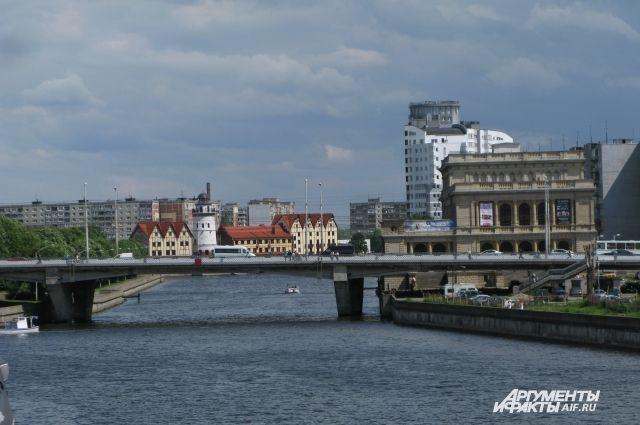 В Калининграде полицейские из Кемерова сняли с моста мужчину.
