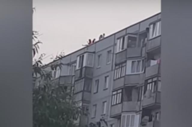 В Калининграде подростки устроили опасные прогулки по крыше многоэтажки.
