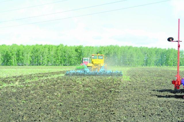 Аграрии вышли в поле на две недели позже обычного.