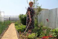 Зинаида Ивановна использует для работы в огороде плоскорез